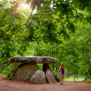 Junto al dolmen de Axeitos en Ribeira